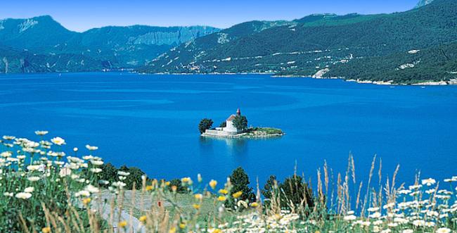 Le Lac de Serre-Ponçon proche du Camping Le Nautic