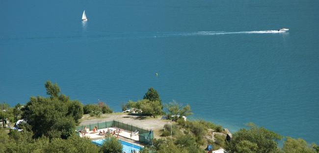Camping Le Nautic zicht op het meer van Serre-Ponçon